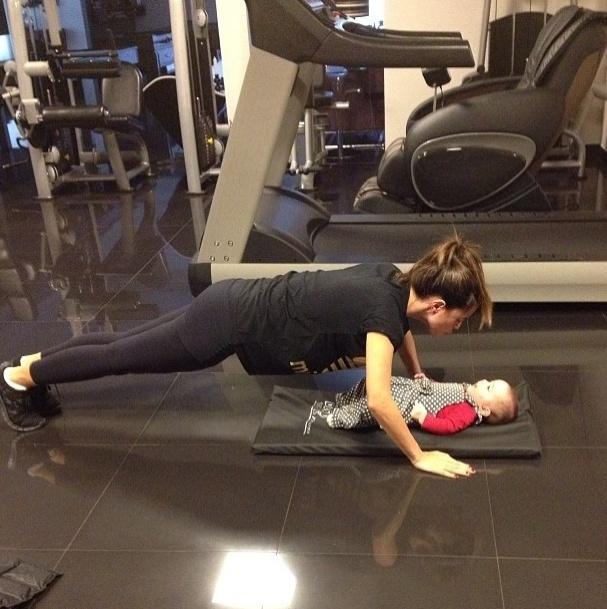 22.mai.2013 - Vera Viel, contou com o incentivo da filha pequena, Helena, durante as flexões de braço. A mulher do apresentador Rodrigo Faro já recuperou a forma depois da gravidez