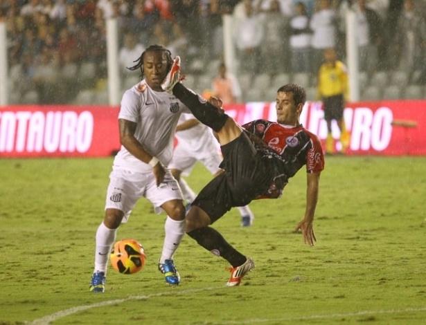 22.mai.2013 - Volante Arouca tenta a finalização na partida do Santos contra o Joinville pela Copa do Brasil