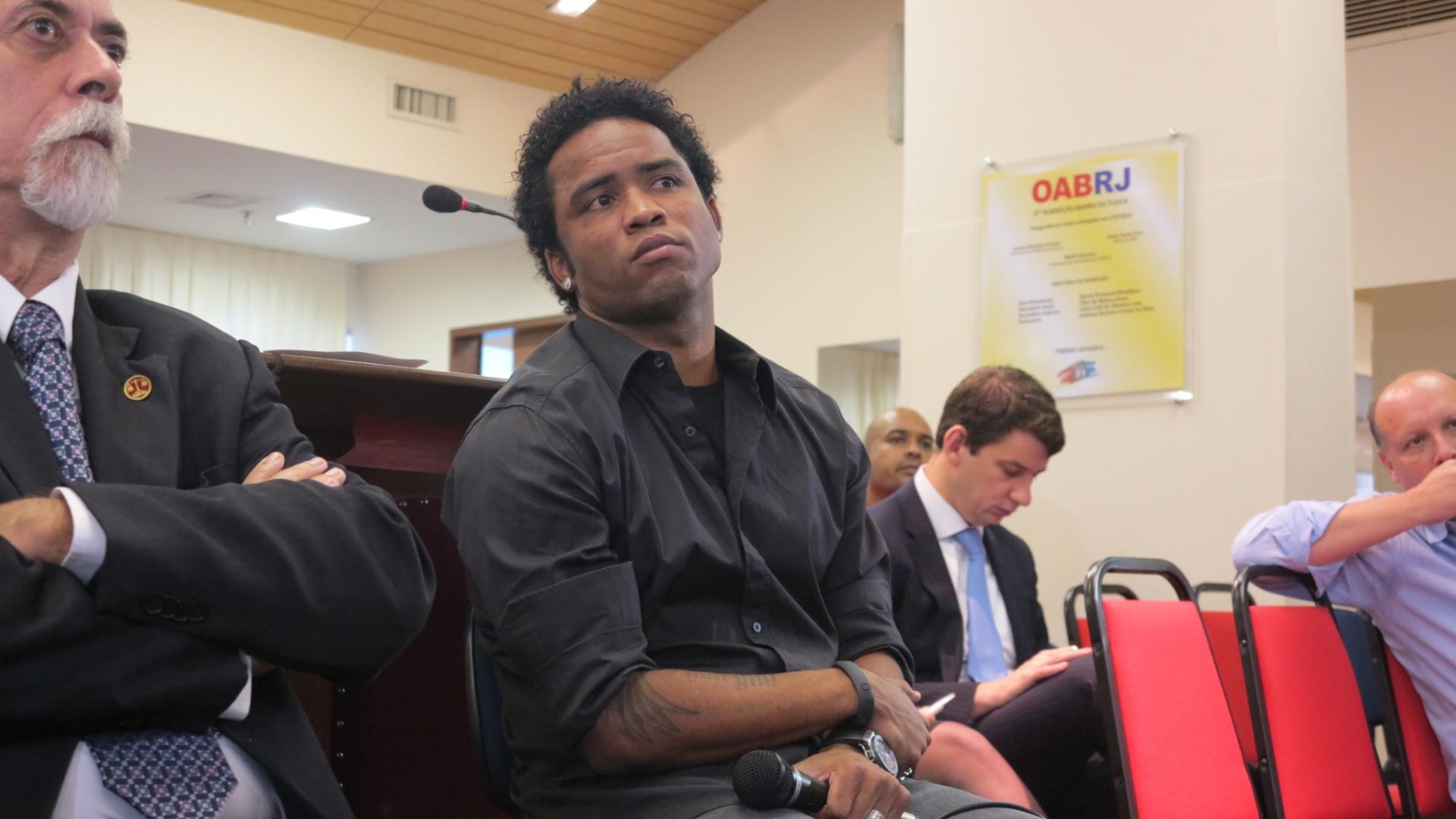 Carlos Alberto escuta auditores do TJD-RJ durante julgamento por doping no Carioca