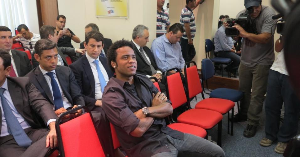 Carlos Alberto observa movimentação da imprensa antes de seu julgamento por doping