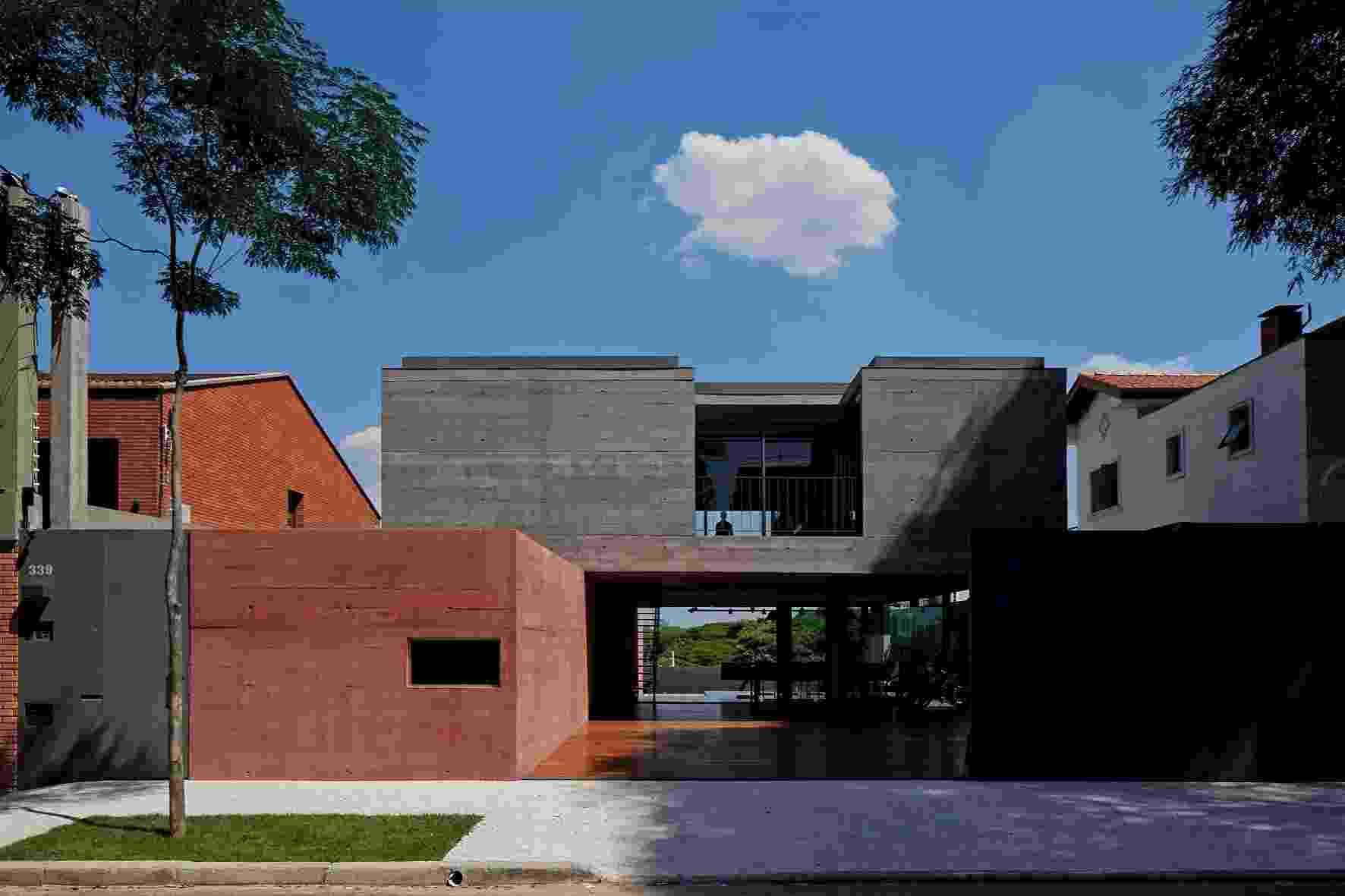 Dois robustos blocos de concreto e varandas reentrantes marcam a fachada frontal da Casa Boaçava, projeto do escritório de arquitetura Una, em São Paulo. O volume superior se apoia, de um lado, no maciço lateral e, do outro, em pilares circulares que ajudam a formar amplos vãos - Leonardo Finotti/UOL