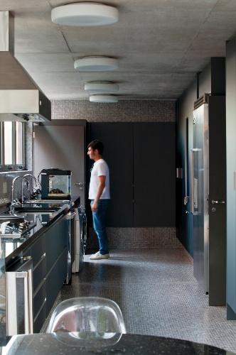 Na Casa Boaçava, a cozinha foi alocada no bloco longitudinal ao terreno, culminando em um pátio para refeições ao ar livre. Para o revestimento de piso e paredes, foram escolhidas pastilhas de vidro Vidrotil. Os armários são da Ornare e as luminárias da Reka. O projeto é do escritório de arquitetura Una