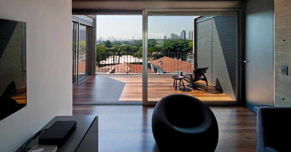 Na Casa Boaçava, a sala íntima no andar superior é um espaço de uso coletivo que dá acesso aos dormitórios e à escada que conduz os usuários ao solário na cobertura. O projeto é de autoria dos arquitetos do escritório Una