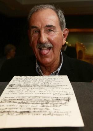 O escritor britânico Hunter Davies exibe manuscrito de John Lennon doado à Biblioteca Britânica - Yui Mok/PA/AP