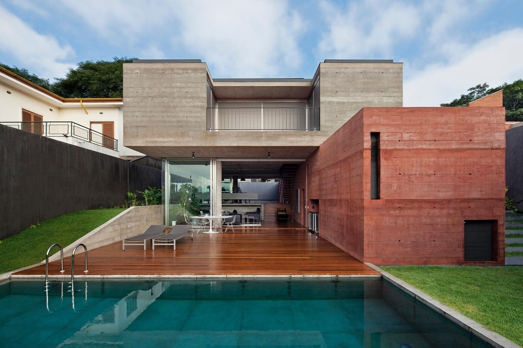 O piso de madeira que percorre toda a casa culmina no deck da piscina implantada na parte de trás do terreno. A Casa Boaçava foi projetada pelos arquitetos do escritório Una para um casal de advogados com filhos e residente em São Paulo