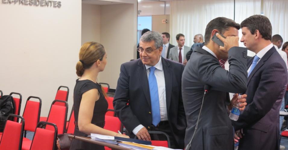 Rubens Lopes, presidente da Ferj, conversa com a filha Luciana Lopes no julgamento de Carlos Alberto (22/05/2013)