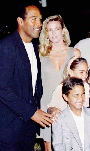 16.mar.1994 - O.J. Simpson, a mulher Nicole Brown, e os filhos o casal, Sidney Brooke e Justin