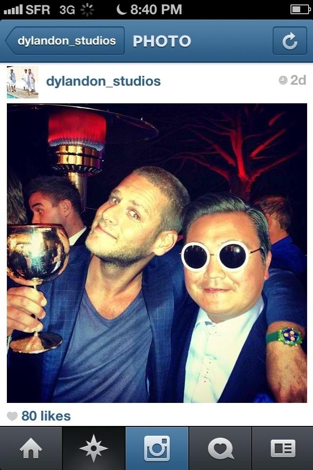 20.mai.2013 - O empresário Scooter Braun também tirou foto com o homem que se passou por Psy em Cannes