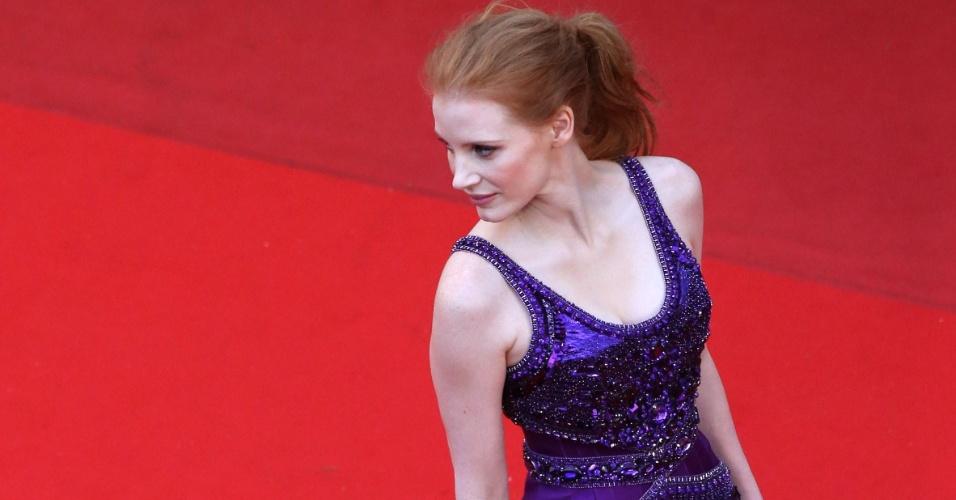 22.mai.2013 - A atriz Jessica Chastain posa no tapete vermelho ao chegar para a exibição de