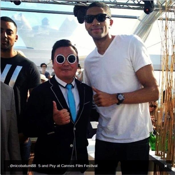 22.mai.2013 - O jogador de basquete Nico Batum tirou foto com o homem que se passou por Psy no Festival de Cannes e publicou a foto no Twitter
