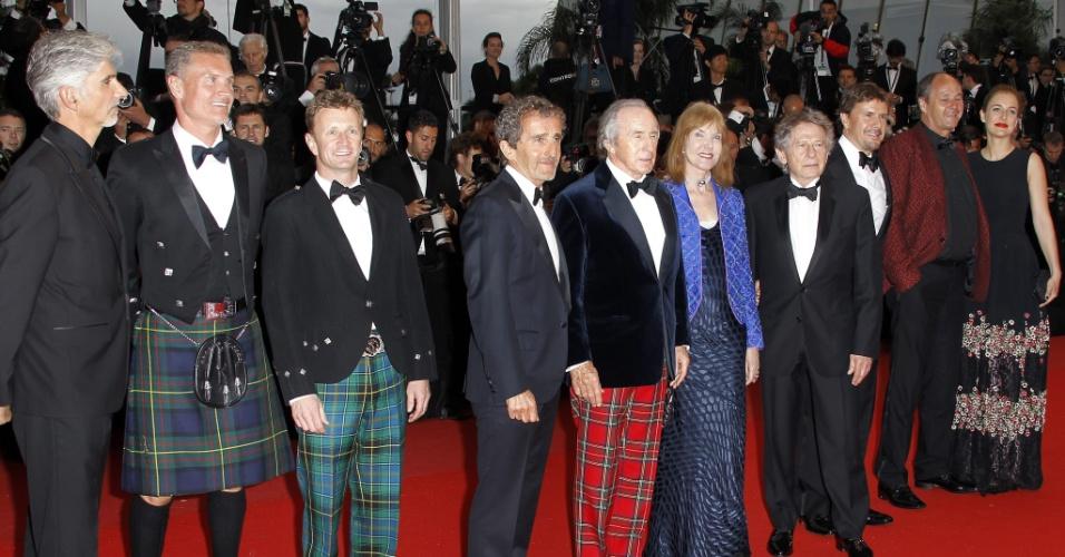 22.mai.2013 - Os ex-pilotos de Fórmula 1 Damon Hill (1º à esq), David Coulthard (2º à esq), Alain Prost (3º à esq), Jackie Stewart (5º à esq), a mulher de Stewart, Helen (5ª a partir da direita), o diretor Roman Polanski (4º a partir da direita), o ex-piloto austríaco Gerhard Berge e convidados posam antes da exibição de