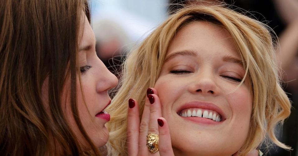 23.mai.2013 - As atrizes francesas Adele Exarchopoulos e Léa Seydoux se abraçam durante sessão de fotos do filme