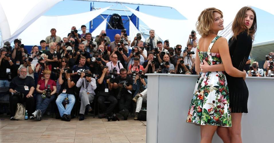 23.mai.2013 - As atrizes francesas Lea Seydoux e Adele Exarchopoulos se abraçam durante sessão de fotos do filme