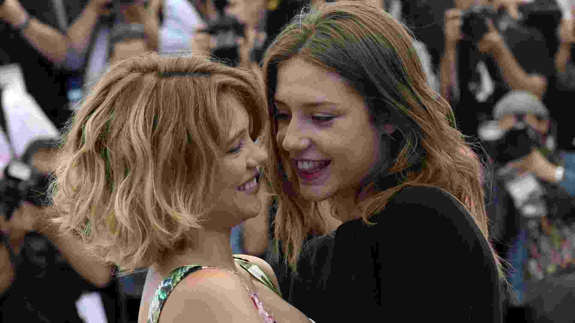 """23.mai.2013 - As atrizes francesas Lea Seydoux e Adele Exarchopoulos se abraçam durante sessão de fotos do filme """"La Vie D'Adele"""" (""""Blue is the Warmest Colour""""), que concorre à Palma de Ouro em Cannes. No filme, Adele é uma adolescente que descobre uma nova forma de amar quando conhece Emma - Anne-Christine Poujoulat/AFP"""