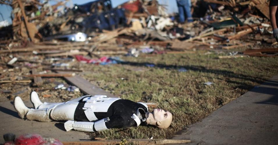 23.mai.2013 - Boneco do filme Star Wars fica caído no chão após casa ser destruída por tornado em Oklahoma City, Oklahoma, nos EUA
