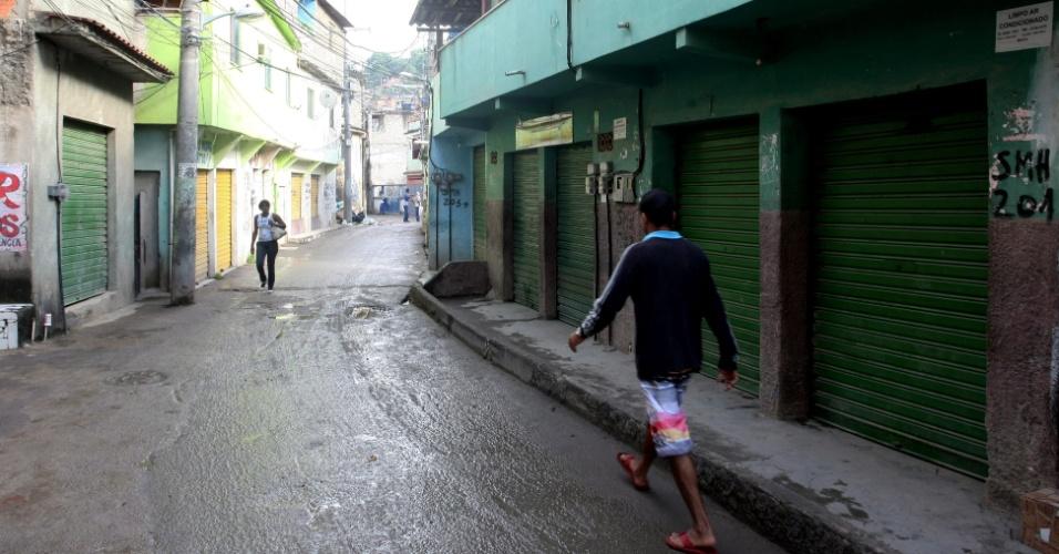23.mai.2013 - Comércio é fechado após um tiroteio onde um suspeito de ligação com o tráfico de drogas foi morto na noite de quarta-feira (22), no Complexo do Alemão, na Penha, zona norte do Rio de Janeiro. Houve reforço no policiamento nas entradas que desembocam na região da favela