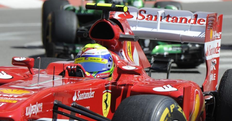 23.mai.2013 - Felipe Massa pilota sua Ferrari pelas ruas do principado de Mônaco durante treinos livres