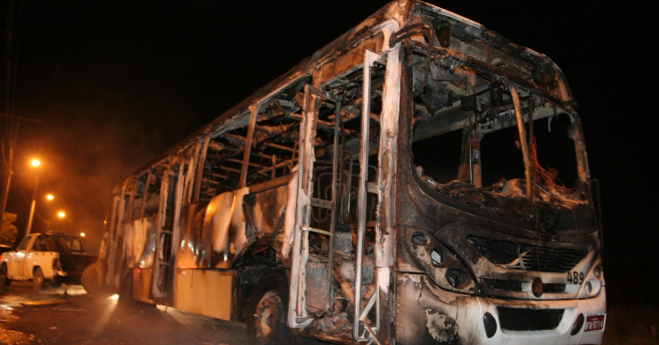 23.mai.2013 - Grupo de mascarados abordou na noite desta quarta-feira (22) um ônibus e, após mandar os passageiros descerem, jogaram material inflamável e atearam fogo no veículo, nas imediações do Bairro Vila Progresso, em Criciúma (SC), de acordo com a polícia