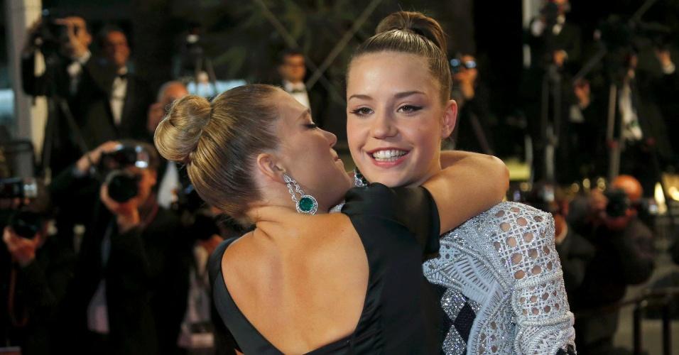 23.mai.2013 - Lea Seydoux beija Adele Exarchopoulos ao chegar antes da exibição de