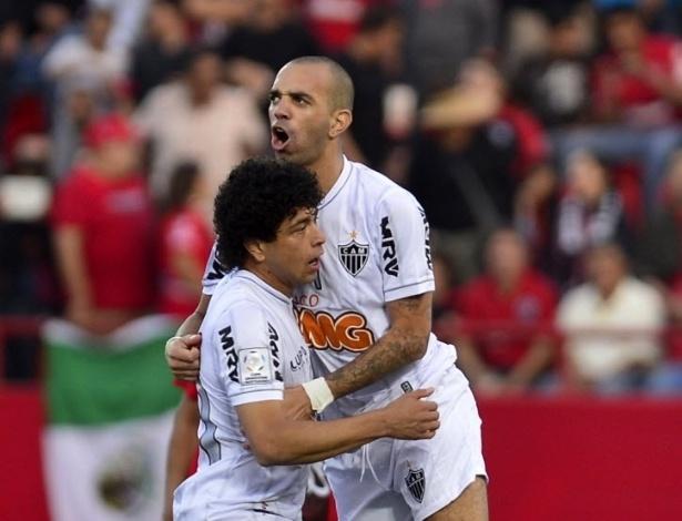 23.mai.2013 - Luan e Diego Tardelli comemoram gol do Atlético-MG contra o Tijuana