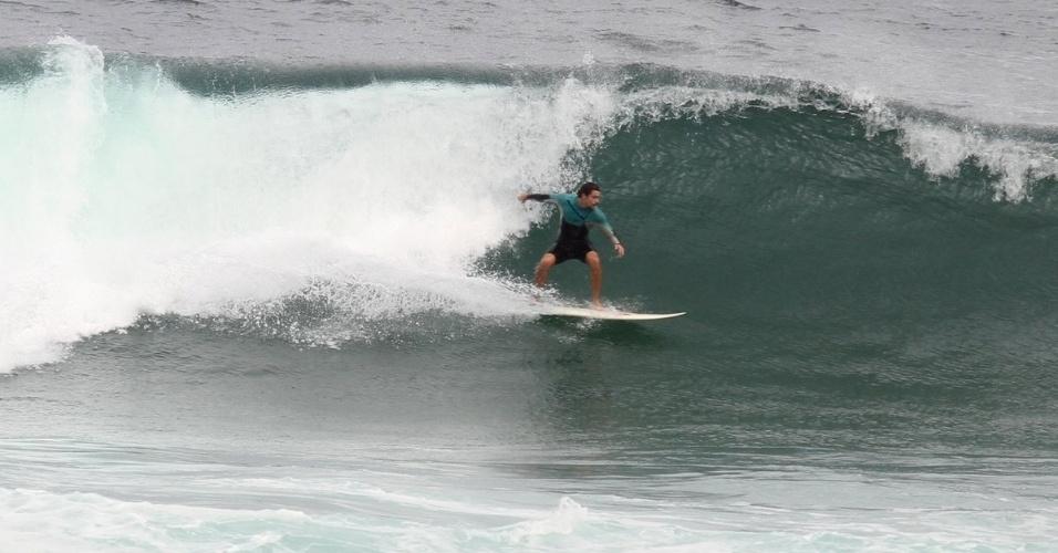 23.mai.2013 - No dia do aniversário de um ano da filha, Cauã Reymond surfa no Rio