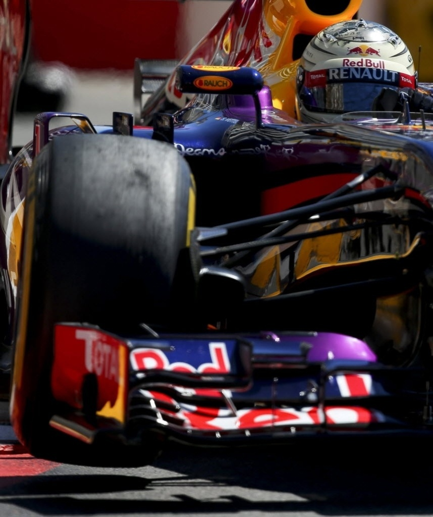 23.mai.2013 - Red Bull de Sebastian Vettel 'pula' após passar por uma das zebras do circuito de rua de Monte Carlo durante os treinos livres para o GP de Mônaco