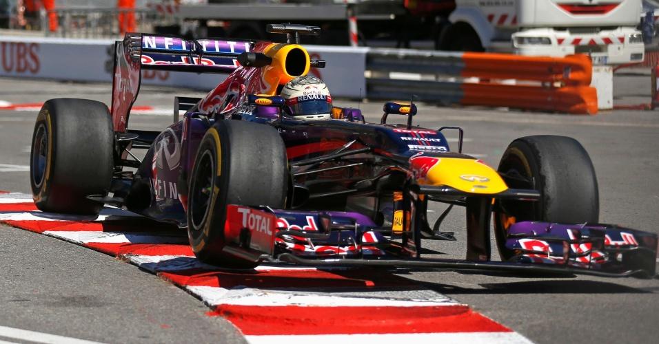 23.mai.2013 - Sebastian Vettel 'ataca' uma das zebras do circuito de rua de Monte Carlo durante treinos livres para o GP de Mônaco