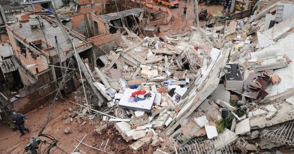 23.mai.2013 - Três casas desabaram por volta das 12h desta quinta-feira (23) em São Bernardo do Campo, no ABC Paulista. Pelo menos uma vítima estaria debaixo dos escombros. Ela está consciente e o Corpo de Bombeiros trabalha para resgatá-la. O acidente ocorreu rua rua Vinte e Seis de Março. Oito viaturas dos bombeiros e o helicóptero Águia 15, da PM (Polícia Militar) foram envidas ao local. As causas do acidente ainda são desconhecidas
