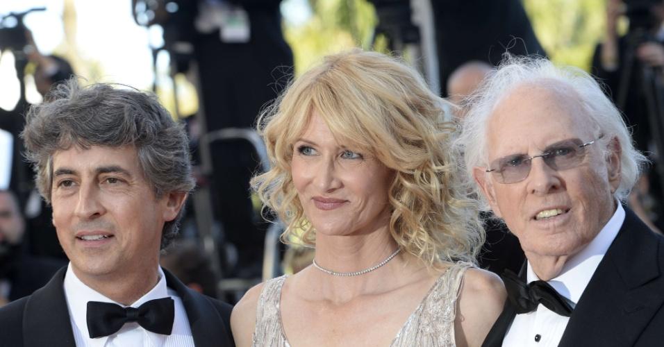23.mai.2015 - O diretor Alexander Payne, a atriz Laura Dern e seu pai, Bruce Dern, chegam para a exibição de