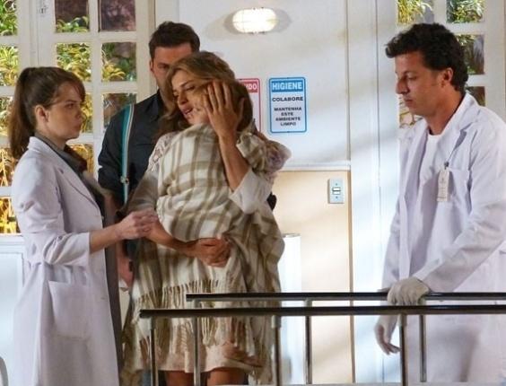 """Em """"Flor do Caribe"""", Ester leva Laurinha ao hospital"""