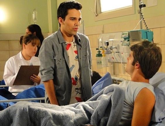 """Em """"Sangue Bom"""", Filipinho visita Xande no hospital"""