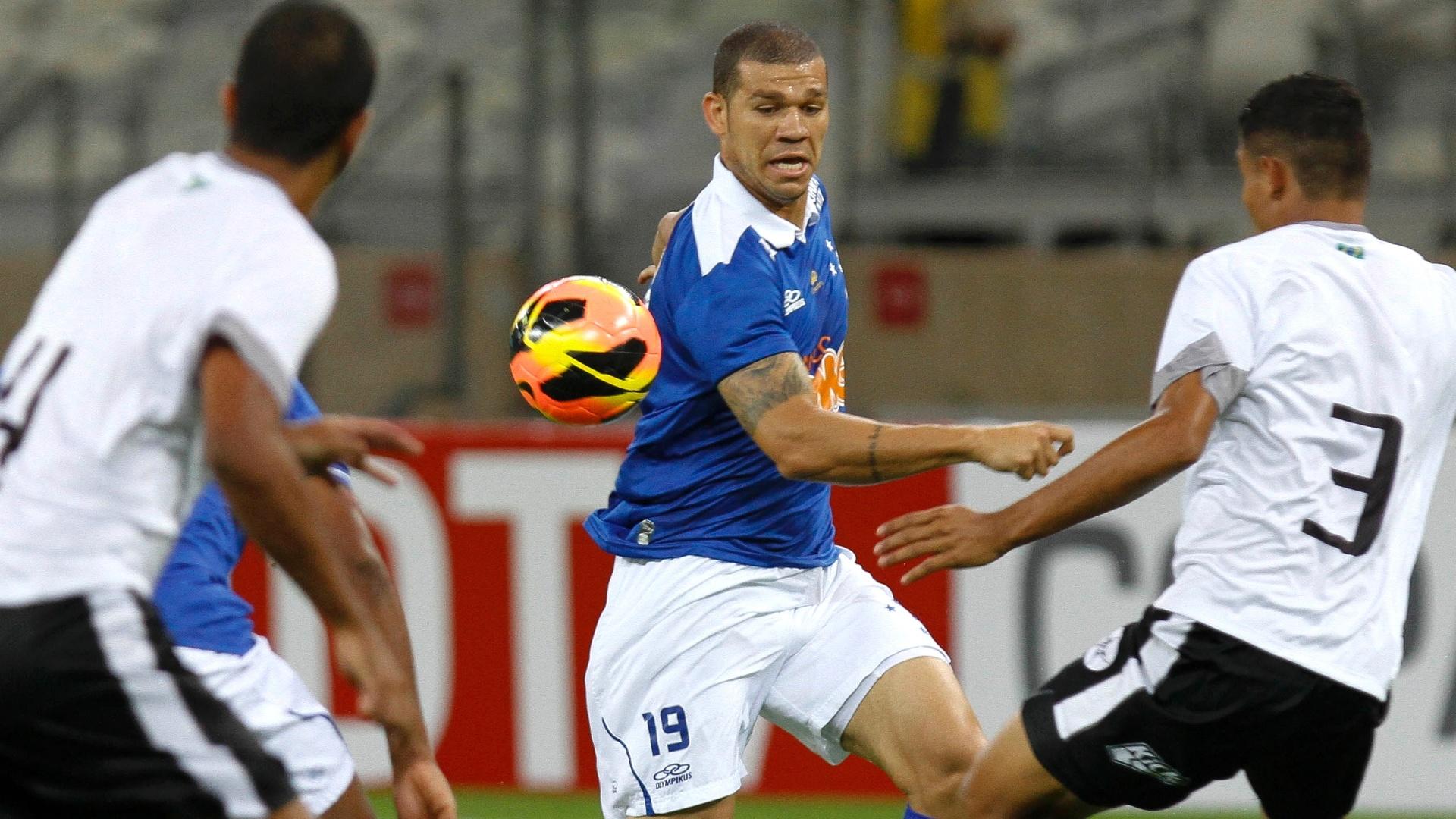 Nilton durante a goleada do Cruzeiro sobre o Resende, por 4 a 0, pela Copa do Brasil (22/5/2013)
