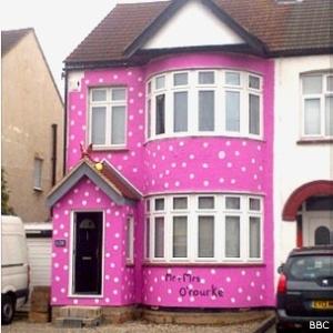 Um casal recém-casado foi surpreendido ao voltar de lua-de-mel e encontrar sua casa pintada de rosa com bolinhas brancas na cidade de Southend, no sudeste da Grã-Bretanha.