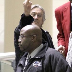 11.abr.2011 - O ator Robert De Niro não estava bem disposto no aeroporto de Los Angeles, na Califórnia, e resolve mostrar o dedo do meio para os fotógrafos