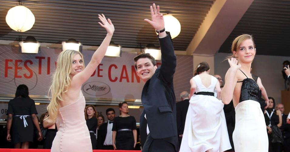 16.mai.2013 - Claire Julien, Israel Broussard e Emma Watson posam no tapete vermelho antes da exibição de