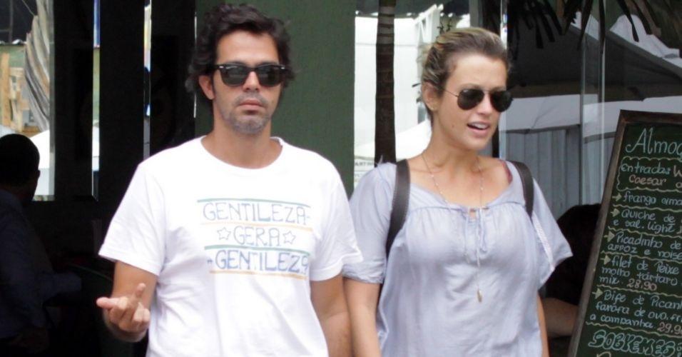 1.fev.2011- Usando uma camiseta escrita