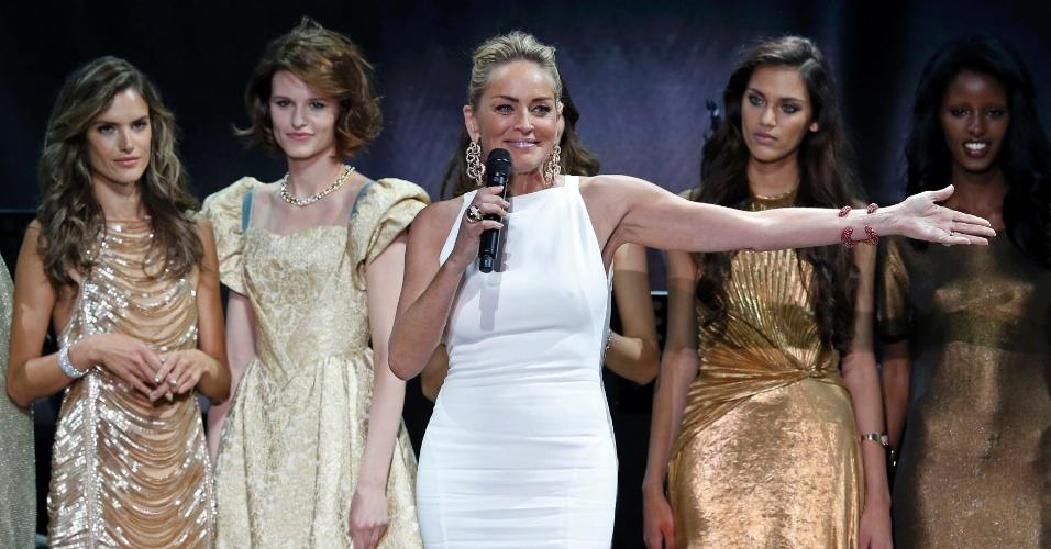 23.mai.2013 - A atriz americana Sharon Stone participa do evento de caridade Cinema Contra a Aids, organizado pela amfAR, que ocorre durante o Festival de Cannes. O evento tem como objetivo arrecadar fundos para a pesquisa da Aids