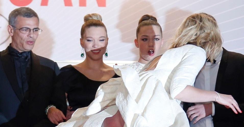 23.mai.2013 - Mulher não identificada cai na escadaria do Palácio dos Festivais, em frente às atrizes Lea Seydoux e Adele Exarchopoulos e do diretor Abdellatif Kechich, antes da exibição do filme