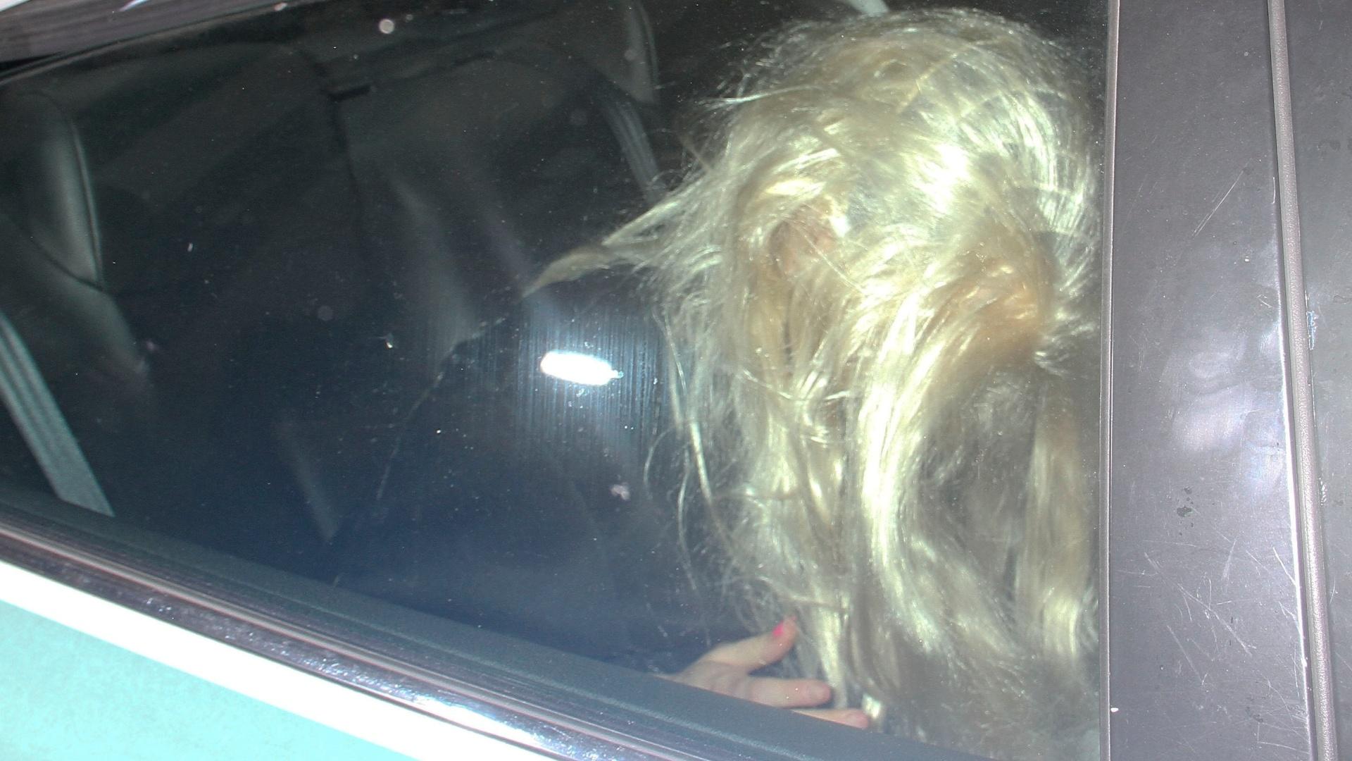 24 mai.2013 - Amanda Bynes deixou a prisão usando peruca