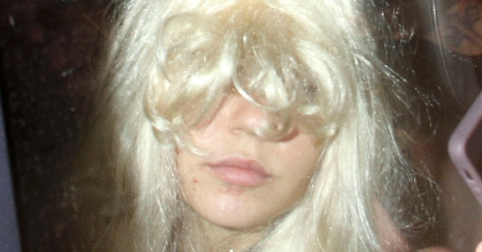 24 mai.2013 - De peruca loira, Amanda Bynes evita mostrar o rosto
