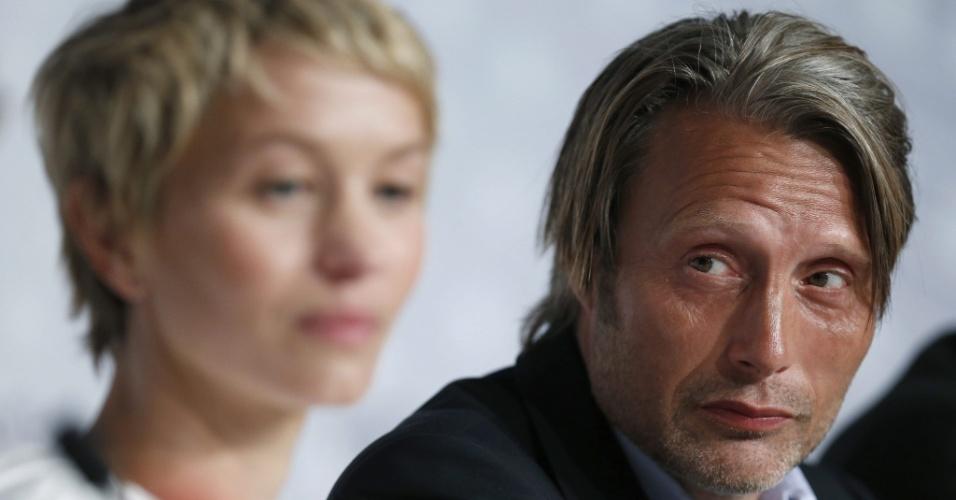 24.mai.2013 - Delphine Chuillot e Mads Mikkelsen falam com jornalistas sobre o filme