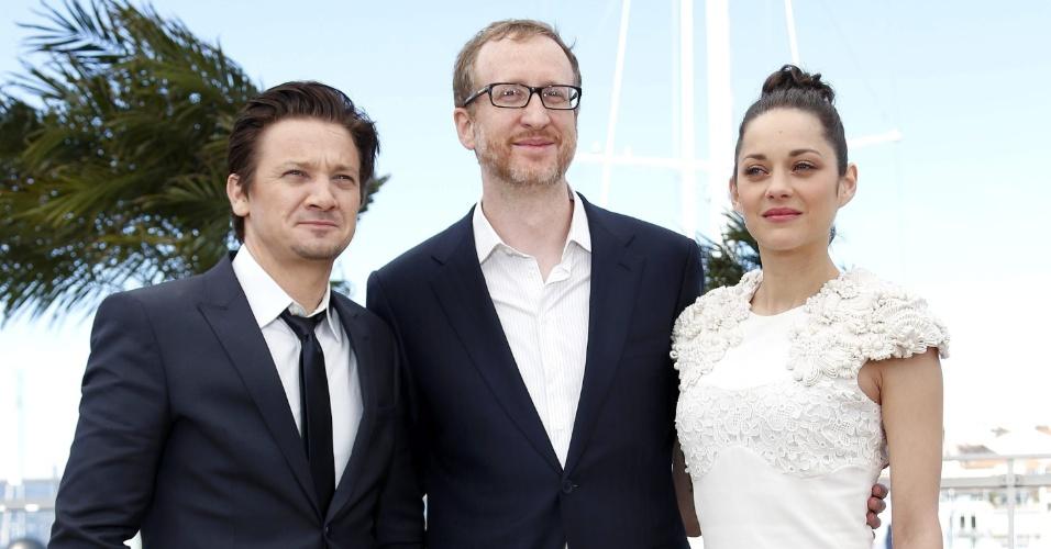 24.mai.2013 - Jeremy Renner, o diretor James Gray e Marion Cotillard divulgam o filme