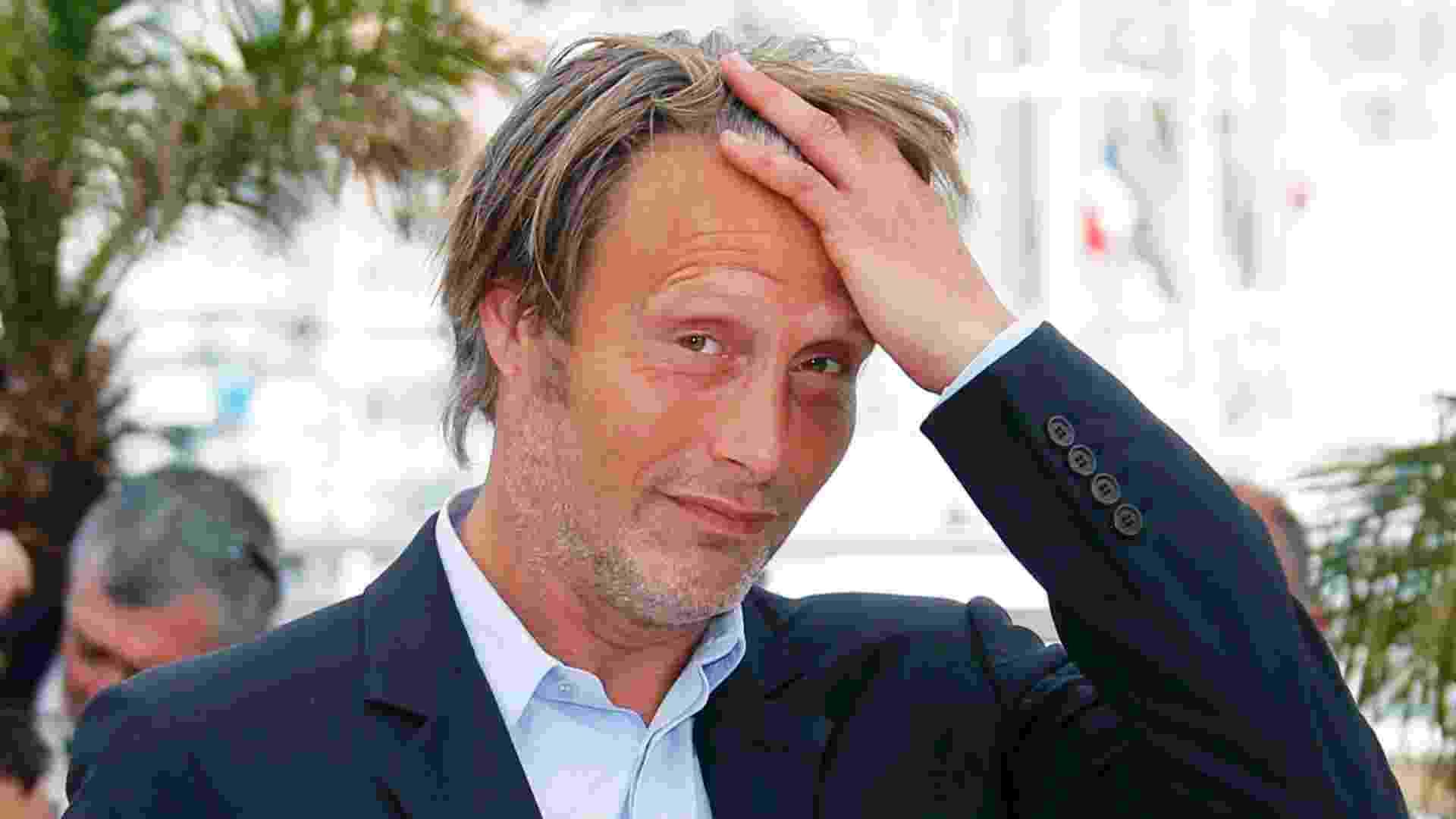 24.mai.2013 - Mads Mikkelsen posa para sessão de fotos durante o Festival de Cannes - REGIS DUVIGNAU/Reuters