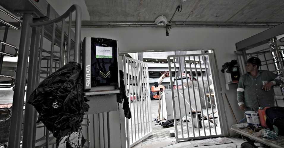 24.mai.2013 - Nova bilheteira do Maracanã foi instalada, mas local das roletas não está pronto