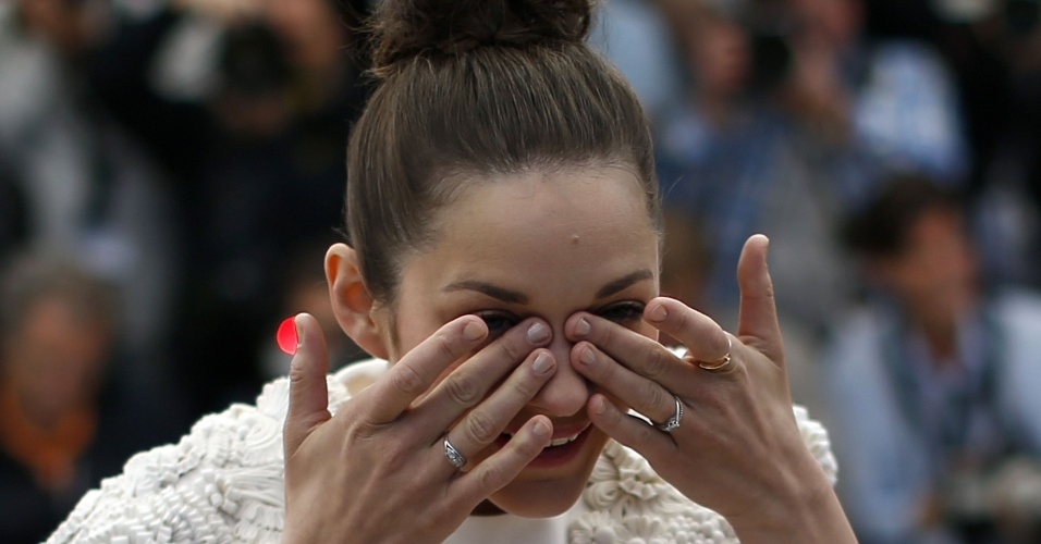 24.mai.2013 - Marion Cotillard passou por uma saia justa durante sessão de fotos de divulgação do filme