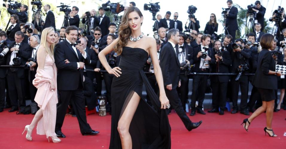 24.mai.2013 - Modelo brasileira Izabel Goulart chega para a exibição do filme