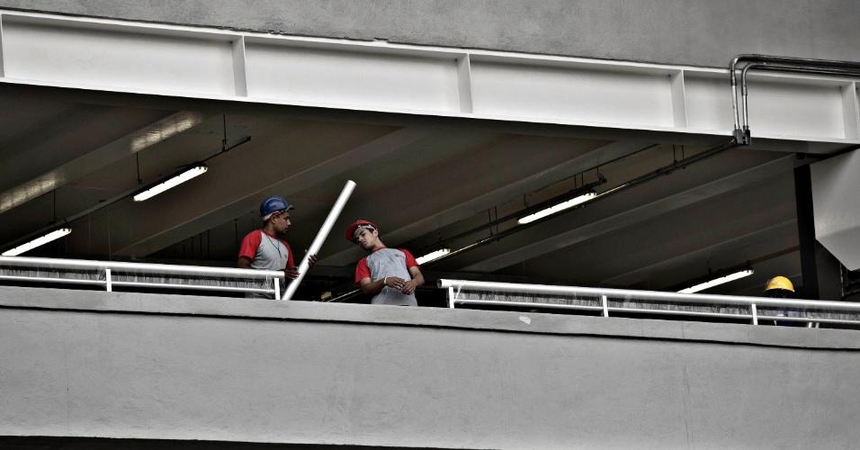 24.mai.2013 - Operários trabalham nos acabamentos do Maracanã após estádio ser entregue à Fifa