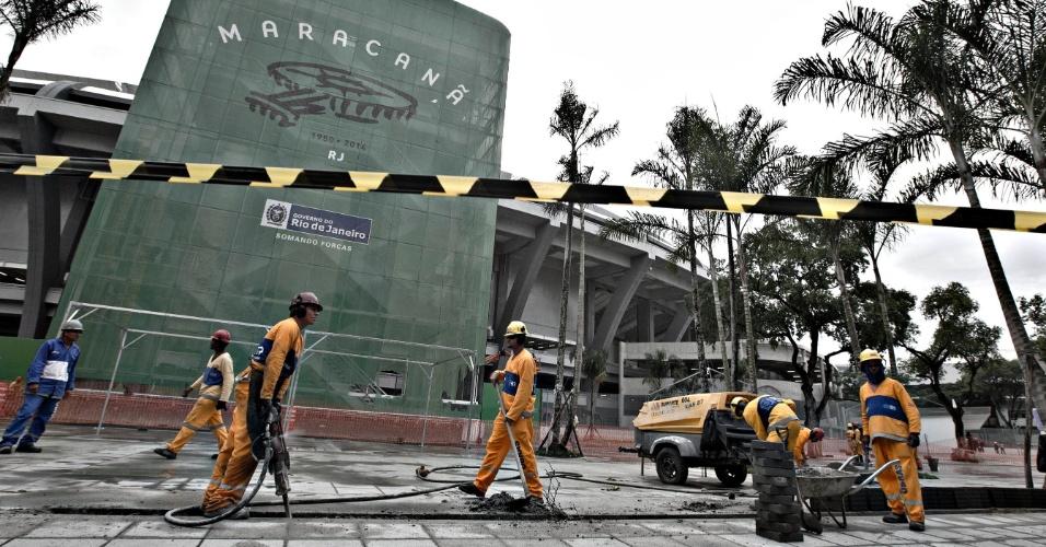 24.mai.2013 - Operários do Maracanã trabalham na obra no dia em que a Fifa assumiu o controle do espaço