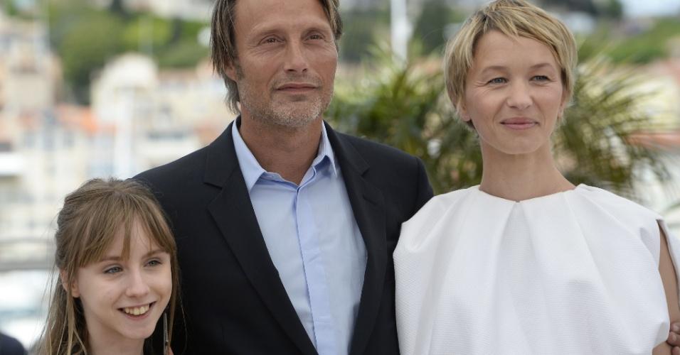 24.mai.2013 - Os atores Melusine Mayance, Mads Mikkelsen e Delphine Chuillot posam para sessão de fotos do filme