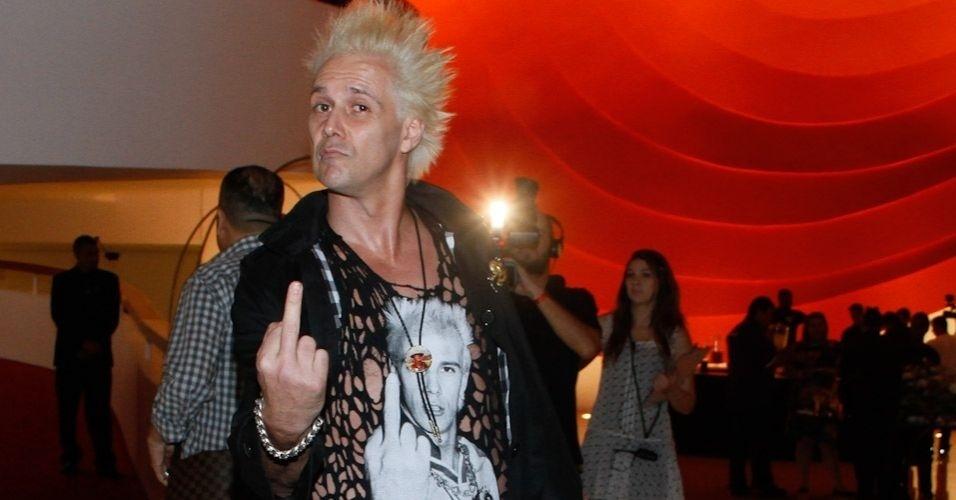 24.out.2012 - Supla faz gesto com o dedo médio, imitando sua camiseta, para fotógrafos durante a cerimônia do Prêmio Trip Transformadores 2012, que aconteceu no Auditório do Ibirapuera, em São Paulo